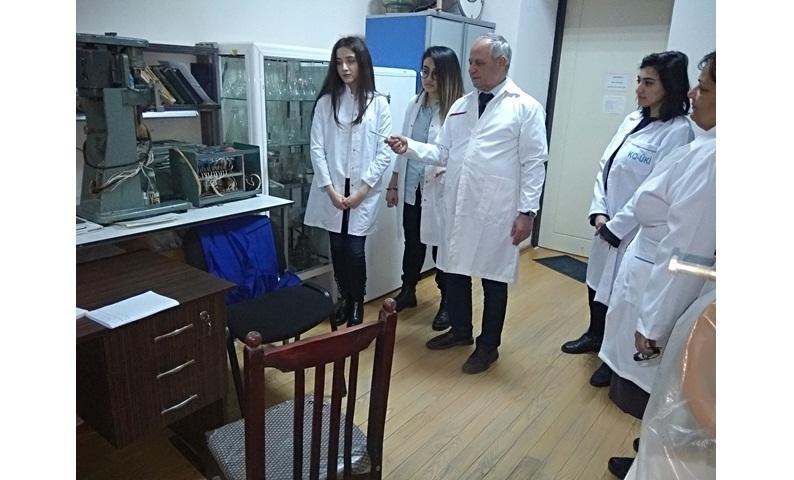 Kataliz və Qeyri-üzvi Kimya İnstitutunun bir sıra laboratoriyalarında tələbələr təcrübə keçirlər