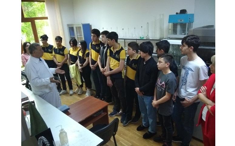 """Bakı İstanbul Liseyinin şagirdləri """"Analitik kimya"""" laboratoriyasında ekskursiyada"""