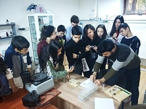 """Kataliz və Qeyri-Üzvi Kimya İnstitutunda  məktəblilər üçün """"Açıq qapı"""" günü keçirilmişdir"""